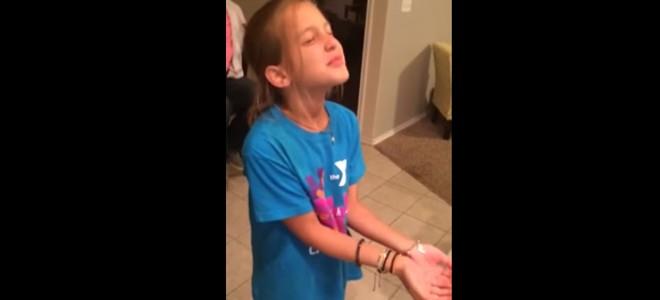Une petite fille fond en larmes en recevant un chiot pour son anniversaire