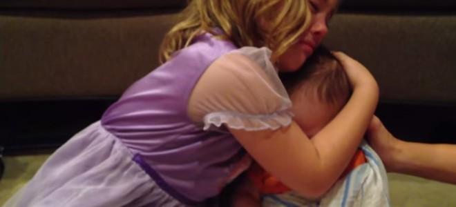 Une fille ne veut pas que son frère bébé grandisse