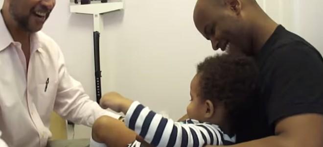Un médecin fait des piqures à un enfant
