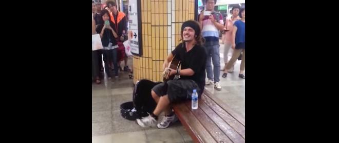 Un musicien de rue fait chanter les passants avec lui