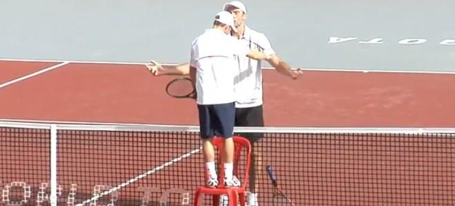 L'accolade entre les joueurs de tennis Dudi Sela et Ivo Karlovic