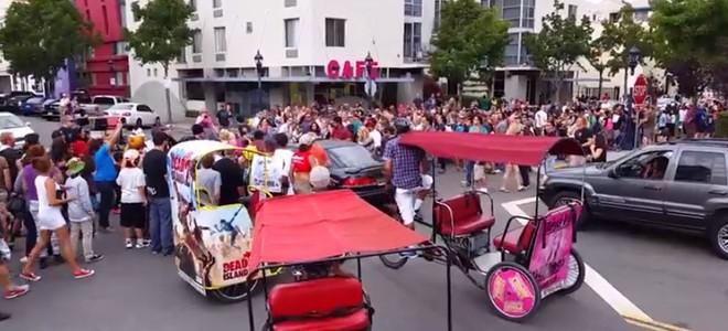 Une voiture fonce sur les participants d'une Zombie Walk