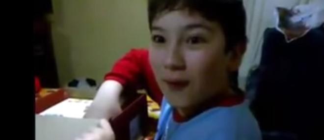 Un enfant reçoit une planche à découper en cadeau