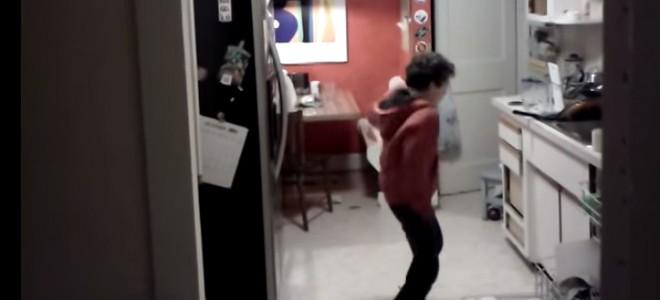 Il surprend son fils en train de danser et le filme à son insu