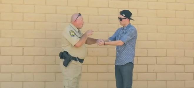 Un magicien essaie de vendre du cannabis à un policier