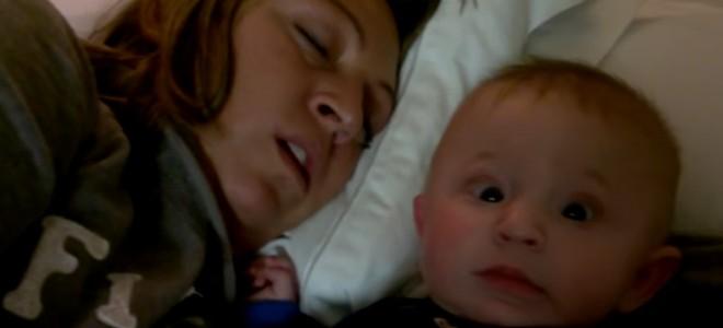 Un bébé apeuré par les ronflements de sa maman