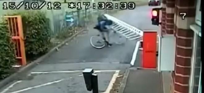 Un cycliste percute une barrière de plein fouet