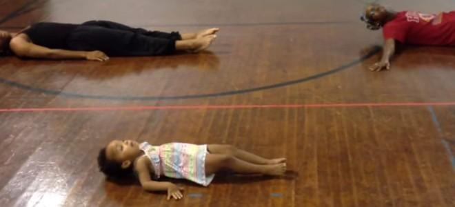 Une fillette de 2 ans fait de la danse moderne
