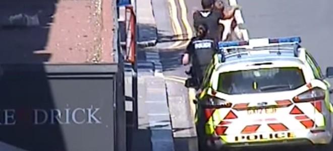 Il porte secours à deux policières en plaquant un suspect