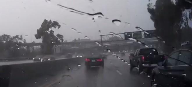 Un automobiliste roule sur l'autoroute quand soudain