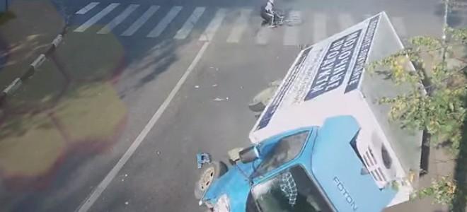 Un cycliste chanceux à un carrefour