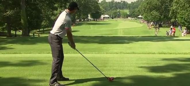 Golfeur envoie une balle dans la poche d'un spectateur