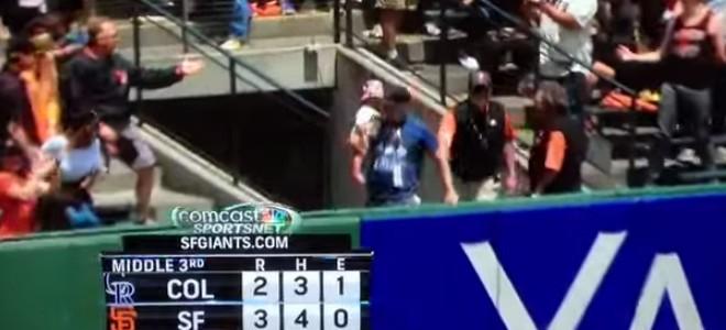 Un papa attrape la balle d'un home run avec son bébé