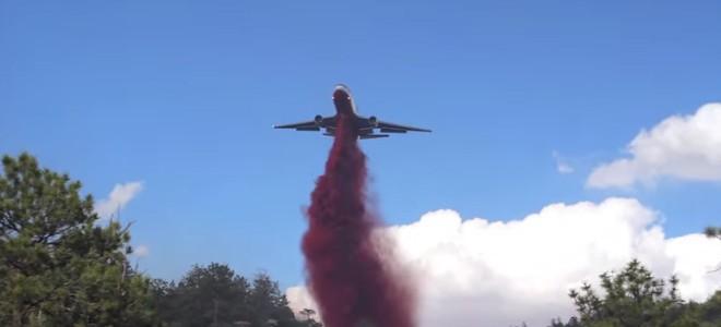 Un bombardier d'eau DC-10 sur un feu de forêt