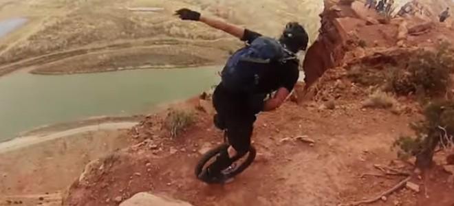 Ils font du monocycle au bord d'une falaise