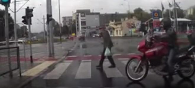 Un motard assure la protection d'un papi qui traverse