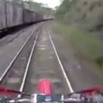 motocross-chemin-fer-rail-train-arrive