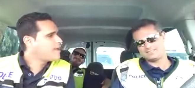 Des policiers s'éclatent dans leur véhicule de patrouille