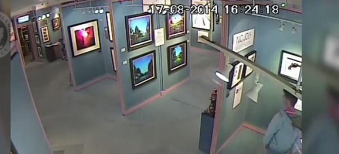 Un voleur optimiste dans une galerie d'art