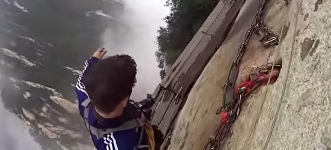 Il décroche son harnais de sécurité en montagne