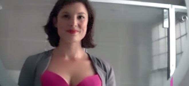 Elle planque une caméra cachée dans son décolleté
