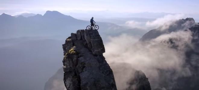 Danny Macaskill fait du VTT sur l'île de Skye