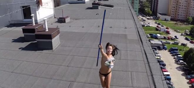 Un drone surprend une femme qui bronze topless