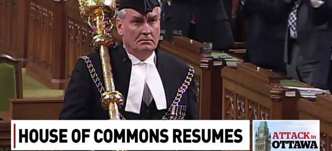 Ovation pour Kevin Vickers au parlement d'Ottawa