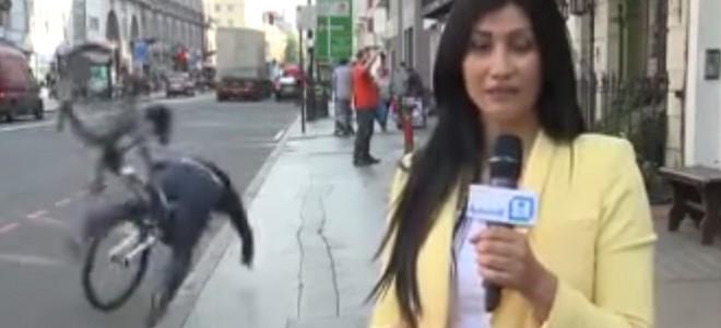 Un cycliste se mange le trottoir derrière une journaliste