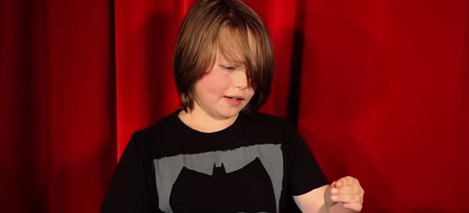 Un jeune magicien épatant avec des pièces de monnaie