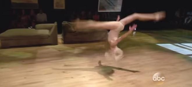 Une jeune danseuse reprend la chorégraphie de Chandler