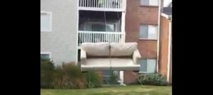 technique-demenagement-balcon-corde-canape