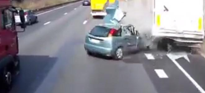 Une automobiliste change de voie sans visibilité