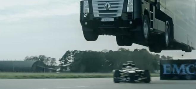 Un camion saute par-dessus une F1 Lotus