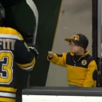 enfant-check-joueur-hockey-glace