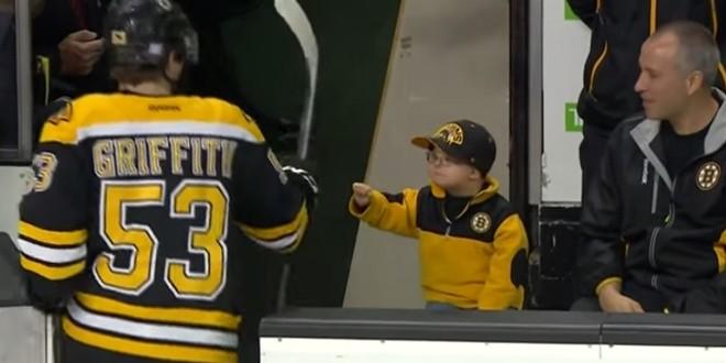 Un enfant fait des checks avec des joueurs de hockey