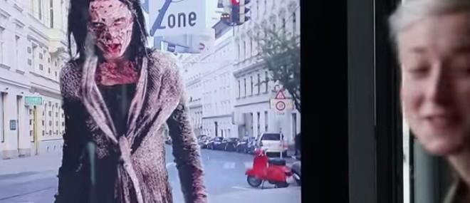 Des zombies terrifient des passants qui attendent le bus