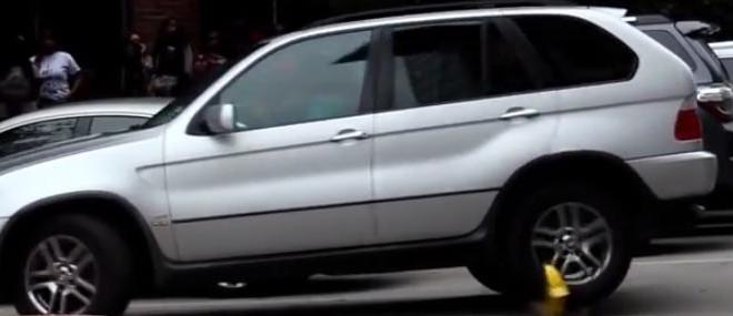 Une automobiliste roule avec un sabot fixé à son SUV