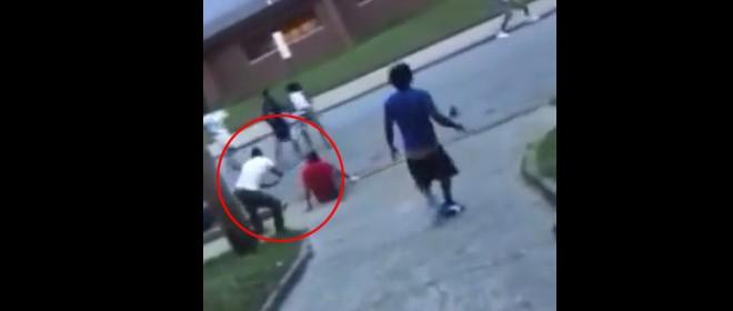 Armé d'une pelle dans une bagarre de rue