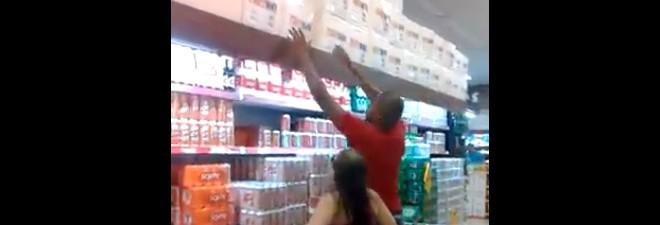 Une fille trop petite dans un supermarché