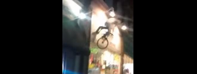 Monter sur un vélo qui sert d'enseigne : fail