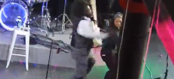 Afroman donne un coup de poing à une fan