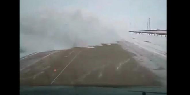Un chasse-neige déneige une route au Kazakhstan