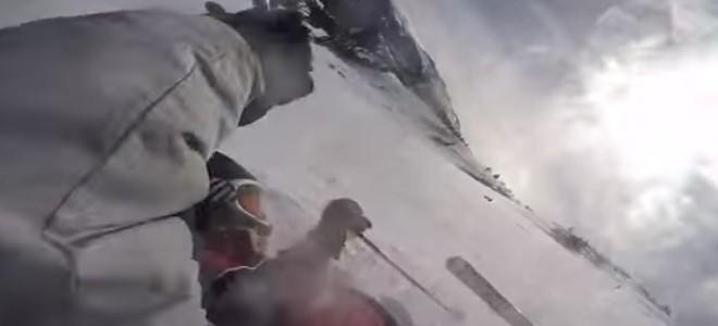 Une snowboardeuse emporte un skieur