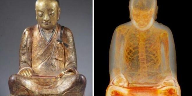 La momie d'un moine retrouvée dans une statue