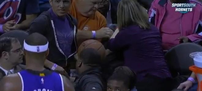 Une supportrice distraite reçoit un ballon dans la face