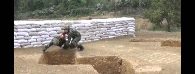 Un instructeur sauve un soldat après un lancer de grenade raté