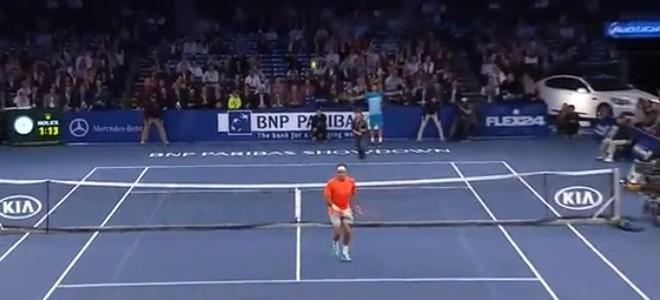 Un enfant réalise un lob parfait contre Roger Federer