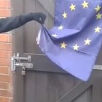 activiste-anti-europe-brule-drapeau-fail