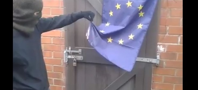 Un activiste essaie de brûler le drapeau européen